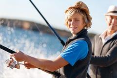 Pesca do homem superior com seu neto Imagens de Stock