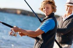 Pesca do homem superior com seu neto Fotografia de Stock