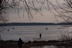 Pesca do inverno no amanhecer imagens de stock