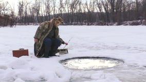 Pesca do inverno no furo video estoque