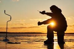 Pesca do inverno no gelo pescador ou pescador que engancham os peixes fotos de stock royalty free