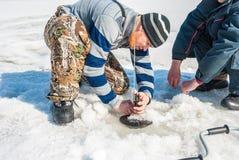 Pesca do inverno no rio Fotografia de Stock Royalty Free