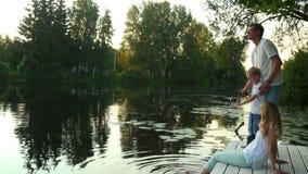 Pesca do pai e do filho no crepúsculo vídeos de arquivo