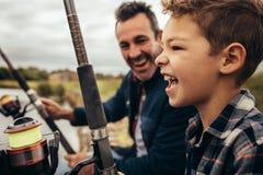 Pesca do pai e do filho perto do lago imagem de stock royalty free