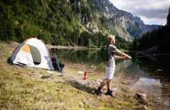 Pesca do pescador na natureza no lago ao acampar exterior imagens de stock