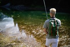 Pesca do pescador na natureza no lago ao acampar exterior fotos de stock royalty free