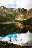 Pesca do pescador no lago da montanha Foto de Stock
