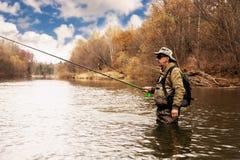 Pesca do timalo no rio no outono Imagem de Stock