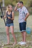 Pesca dos pares na lagoa usando a vara de pesca Imagens de Stock