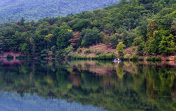 Pesca dos pares no lago mountain imagem de stock royalty free