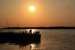 Pesca durante la puesta del sol Imagen de archivo