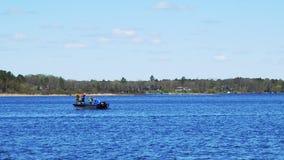 Pesca e esporte de barco em Minnesota O homem e os meninos apreciam um dia em um lago bonito filme