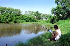 Pesca e leitura Fotografia de Stock Royalty Free