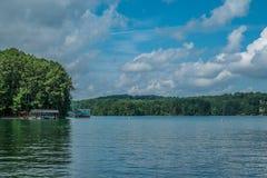 Pesca em um barco no lago fotografia de stock royalty free