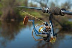 Pesca en el lago en la puesta del sol Fondo de la pesca fotografía de archivo