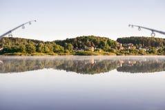 Pesca en el lago por la mañana temprana de la primavera imagen de archivo libre de regalías