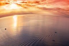 Pesca en el mediterráneo en la puesta del sol fotos de archivo