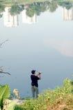 Pesca en el parque de la ciudad Imagen de archivo libre de regalías