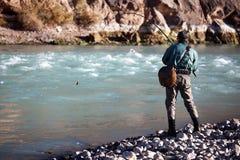 Pesca en el río de la montaña Foto de archivo libre de regalías