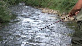 Pesca en el río de la montaña almacen de metraje de vídeo