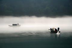 Pesca en el río de la niebla Fotografía de archivo libre de regalías