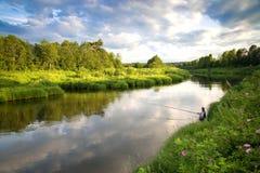 Pesca en el río en el campo en un día de verano Fotografía de archivo