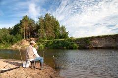 Pesca en el río en un lugar rural en un día de verano Fotografía de archivo libre de regalías