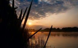 Pesca en el río hermoso Desna en la salida del sol Imagen de archivo libre de regalías