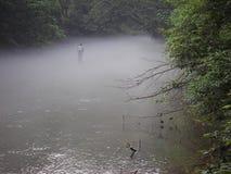 Pesca en la niebla imagen de archivo