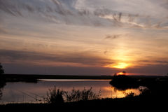 Pesca en la puesta del sol imagenes de archivo