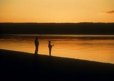 Pesca en la puesta del sol fotos de archivo