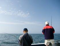 Pesca en mar de dos hombres. Fotos de archivo libres de regalías
