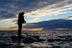 Pesca en mar en la tarde Fotografía de archivo