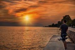 Pesca en mar en la puesta del sol imágenes de archivo libres de regalías