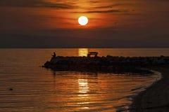 Pesca en puesta del sol fotos de archivo