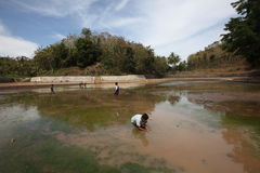 Pesca en un lago Foto de archivo libre de regalías
