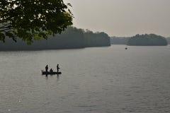 Pesca en un lago imagenes de archivo