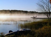 Pesca enevoada do nascer do sol no lago Imagem de Stock Royalty Free
