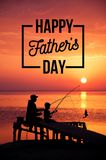 Pesca felice del figlio e del padre sulla spiaggia durante il tramonto Concetto del giorno di padre felice Fotografie Stock