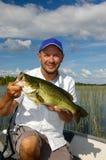 Pesca felice del pescatore per la spigola di grande apertura Immagini Stock Libere da Diritti