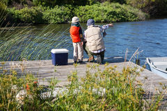 Pesca felice dell'uomo con suo figlio Immagini Stock