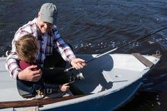 Pesca feliz del hombre con su hijo Foto de archivo