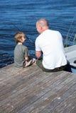 Pesca feliz del hombre con su hijo Fotografía de archivo