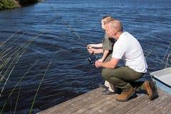 Pesca feliz del hombre con su hijo Foto de archivo libre de regalías