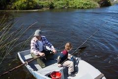 Pesca feliz do homem com seu filho Imagens de Stock Royalty Free