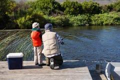 Pesca feliz do homem com seu filho Fotografia de Stock