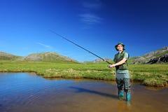 Pesca feliz do pescador em Mavrovo imagens de stock royalty free