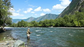 Pesca flyfishing en el río Rusia Siberia Río Chelushman almacen de video