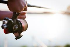 Pesca, hobby e concetto ricreativo - pescatori fotografia stock libera da diritti