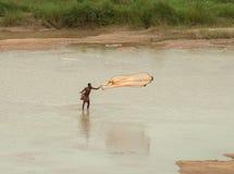 Pesca india del pescador en el río Imagen de archivo libre de regalías